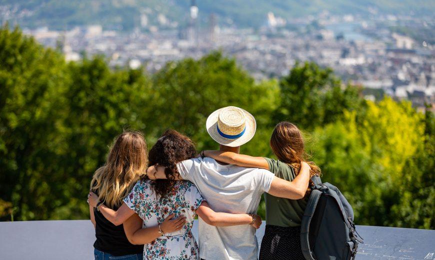 Étudiants regardant la ville de rouen depuis le panorama de Mont-saint-aignant