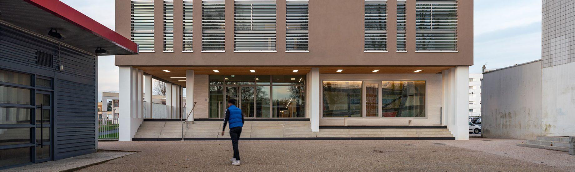 Devanture du bâtiment B4 du campus de Mont-Saint-Aignan