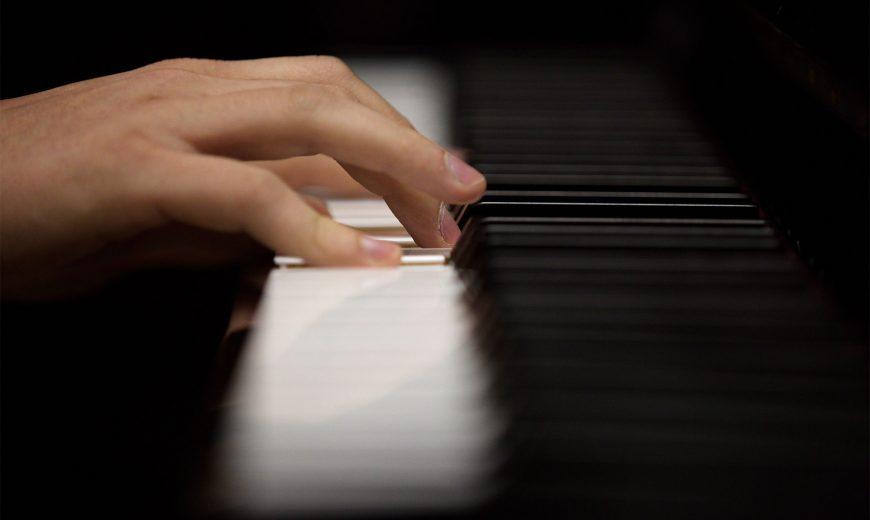 mains jouants sur un piano