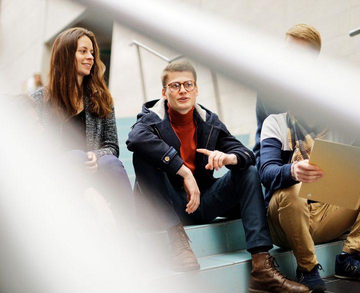 Pasteur étudiants escaliers
