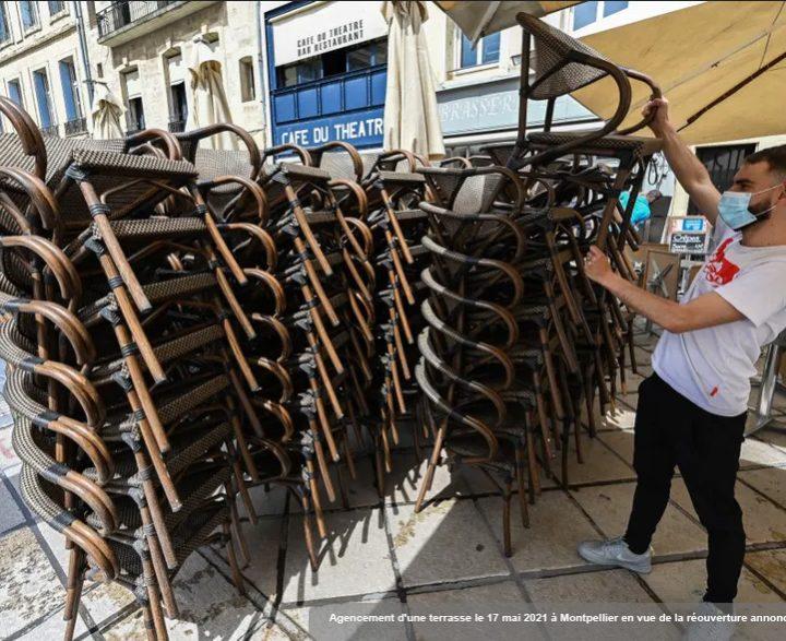 Agencement d'une terrasse le 17 mai 2021 à Montpellier en vue de la réouverture annoncée pour le 19 mai (Pascal Guyot/AFP)